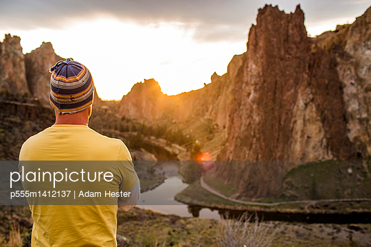Caucasian man admiring scenic desert landscape, Smith Rock State Park, Oregon, United States - p555m1412137 by Adam Hester