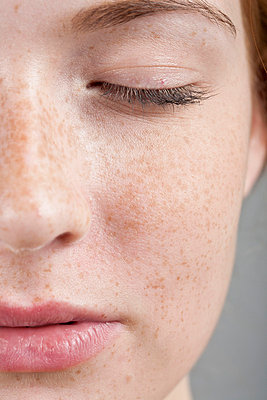 Young woman with freckles - p1051107 by André Schuster