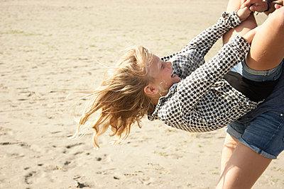 Mädchen spielen am Strand - p1348m1497639 von HANDKE + NEU