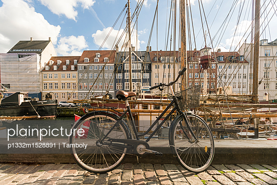 A bike standing at Nyhavn - p1332m1528891 by Tamboly