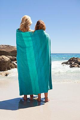 Zwei Freundinnen in Decke gehüllt - p045m1223740 von Jasmin Sander
