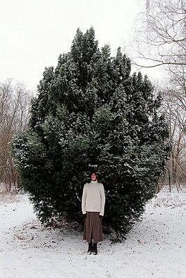 Schöne Frau im Schnee - p258m1200799 von Katarzyna Sonnewend