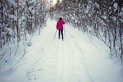 Teenage girl, cross country skiing, rear view, Chusovo, Russia - p429m1417868 by Chuvashov Maxim