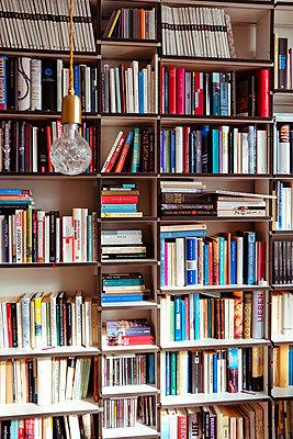 Bücherwand - p432m1540266 von mia takahara