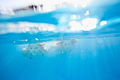Mädchen unter Wasser - p713m2087644 von Florian Kresse