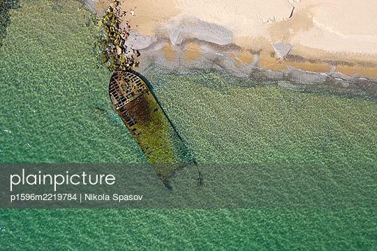 Wrack am Strand - p1596m2219784 von Nikola Spasov