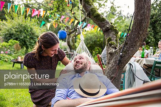 Junges Paar in der Hängematte entspannt sich - p788m1165393 von Lisa Krechting