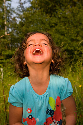 Laughing girl in nature - p1231m1041967 by Iris Loonen