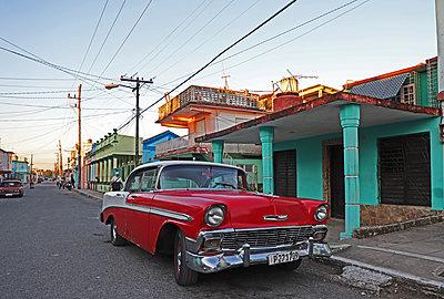 Oldtimer auf den Straßen Kubas - p162m2076969 von Beate Bussenius