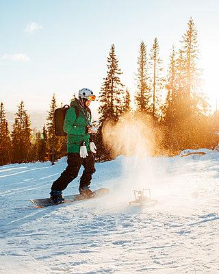 Man snowboarding with drone in Osterdalen, Norway - p352m1523657 by Benjamin Rudström