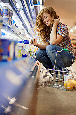 Young woman in a supermarket - p586m698306 by Kniel Synnatzschke
