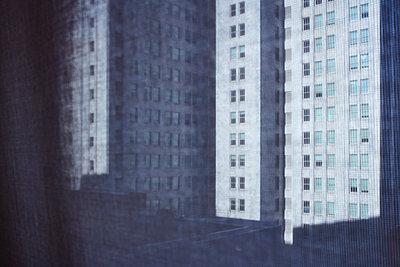 Hochhausfassaden durch einen Vorhang gesehen - p719m1511412 von Rudi Sebastian