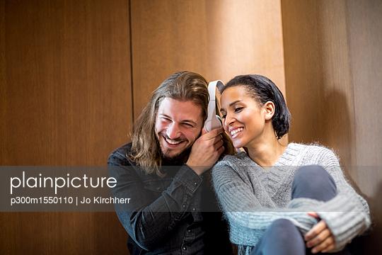 plainpicture | Photo library for authentic images - plainpicture p300m1550110 - Portrait of happy couple li... - plainpicture/Westend61/Jo Kirchherr