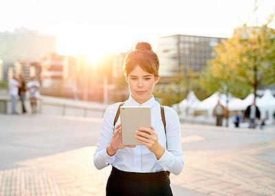Frau mit Tablet im Gegenlicht - p1124m1134734 von Willing-Holtz