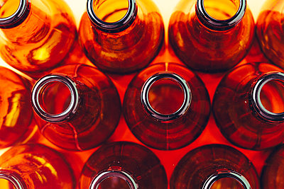 session of empty and brown glass bottles for advertising photographs - p1166m2073569 by Cavan Images