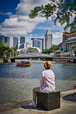 Blick auf Bürotürme am Marina Bay in Singapur - p227m1589144 von Uwe Nölke