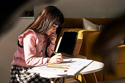 Girl doing homework in the living room - p300m2188504 by Eloisa Ramos