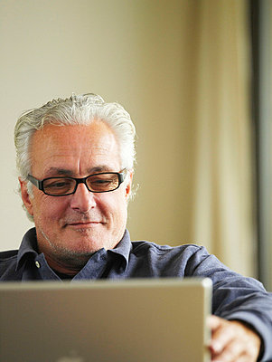 Älterer Mann am Laptop  - p6430060 von senior images