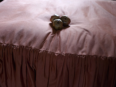 Three pomegranates placed on bed - p945m2007973 by aurelia frey