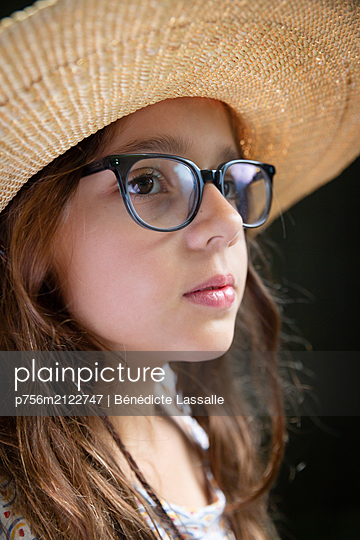 Portrait of girl with straw hat - p756m2122747 by Bénédicte Lassalle