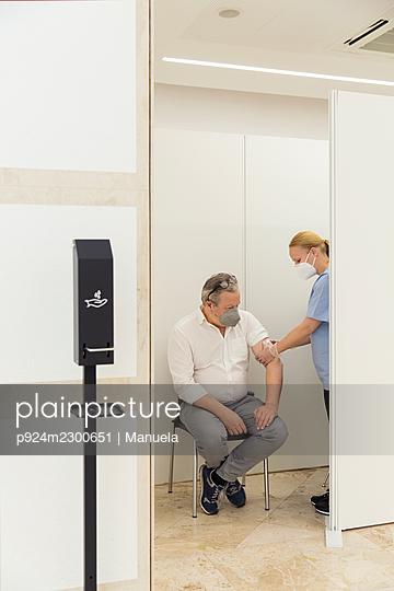 Austria, Vienna, Man receiving Covid-19 vaccination - p924m2300651 by Manuela