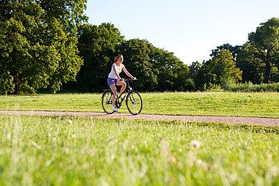 Junge Frau mit Fahrrad - p341m944900 von Mikesch