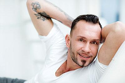 Mann mit Tattoos - p814m891888 von Renate Forster
