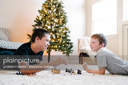 Jungen spielen Schach - p1262m1198434 von Maryanne Gobble