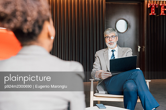 Italy, Business people talking in creative studio - p924m2300690 by Eugenio Marongiu