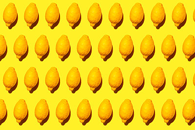 Seamless pattern of ripe lemons against yellow background - p300m2198244 by Gemma Ferrando