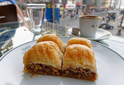 Turkey, Istanbul, Eminoenue, Baklava in a cafe - p300m950725f by Martin Siepmann