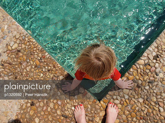 Kleines Mädchen im Pool - p1320592 von Peer Hanslik