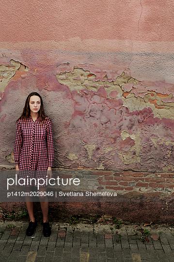 Teenager vor einer alten Hauswand - p1412m2029046 von Svetlana Shemeleva