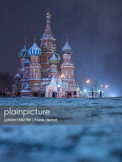 Roter Platz mit Kreml und Basilius Kathedrale im Winter bei Nacht - p390m1582789 von Frank Herfort