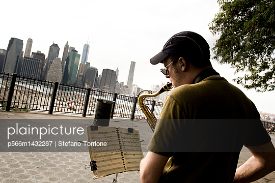 United States;  USA;  New York City;  Brooklyn;  Saxophone player in Brooklyn Bridge Park Greenway - p566m1432287 by Stefano Torrione