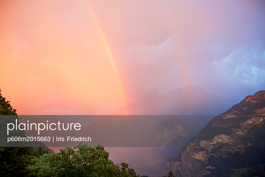 Gewitter mit Regenbogen in den Bergen - p606m2015663 von Iris Friedrich