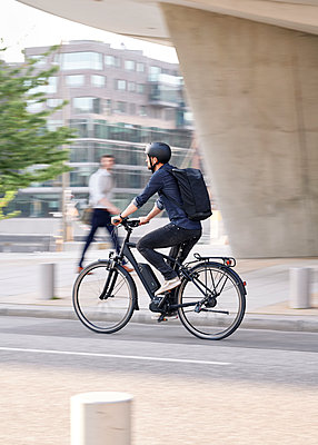 Bicycle courier riding an electric bike - p1124m2052994 by Willing-Holtz