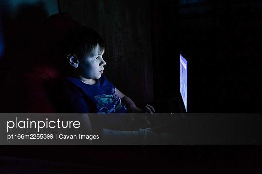 portrait of boy using laptop - p1166m2255399 by Cavan Images