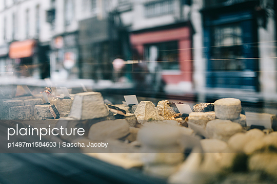 Französischer Käse im Schaufenster in Paris - p1497m1584603 von Sascha Jacoby