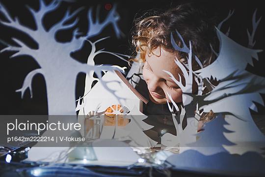 Kind spielt mit einer Papierstadt - p1642m2222214 von V-fokuse