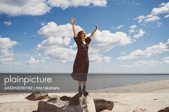 Frau genießt die Zeit am Meer - p432m2230162 von mia takahara