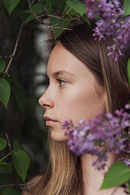Portrait of a young woman with lilacs - p1323m2098855 von Sarah Toure