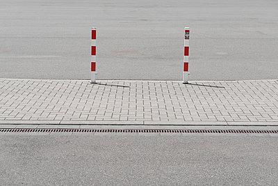 Germany, North Rhine-Westphalia, Duesseldorf, marker post on street - p300m1029171f by visual2020vision