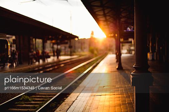 plainpicture | Photo library for authentic images - plainpicture p1166m1534345 - Railroad station platform d... - plainpicture/Cavan Images/Cavan Social