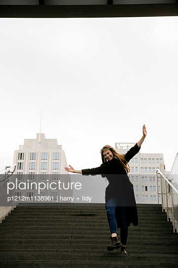Junge Frau auf der Treppe - p1212m1138961 von harry + lidy