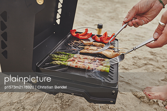 BBQ with gas grill on the beach - p1573m2178920 by Christian Bendel