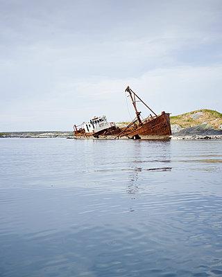 Schiffswrack am Meer - p1124m933593 von Willing-Holtz