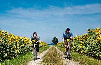 Radfahrer mit Lederhose - p533m885391 von Böhm Monika