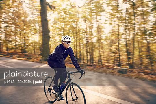 Rennradfahrer im Wald - p1613m2245254 von pohlit