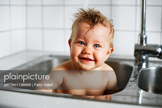 Kleiner Junge in Spüle - p972m1136669 von Felix Odell